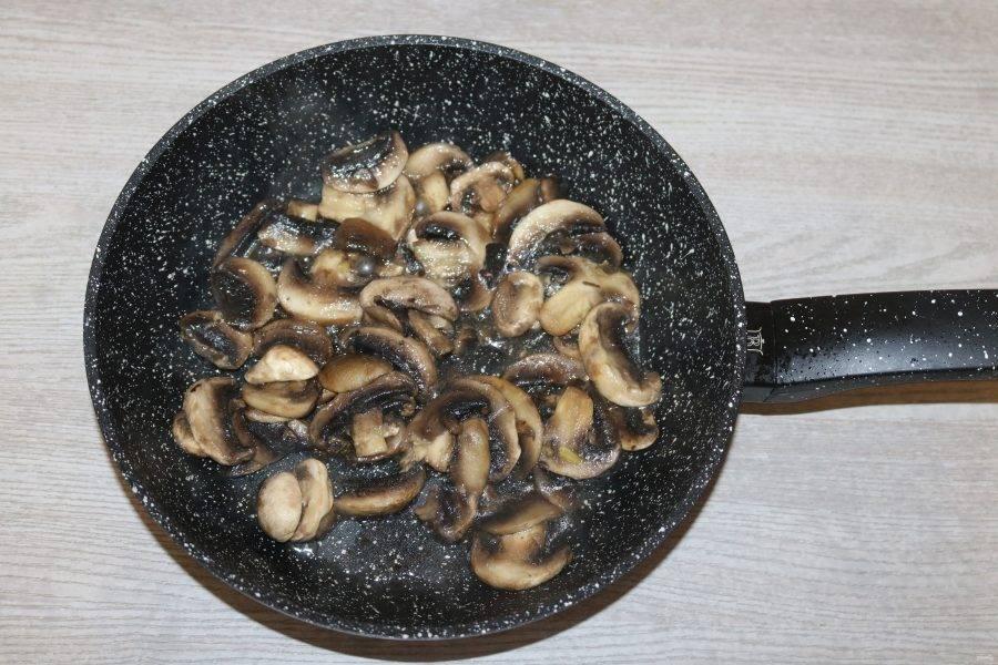 Шампиньоны нарежьте дольками, обжарьте в разогретой сковороде с добавлением подсолнечного масла. Слегка посолите.
