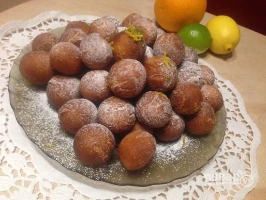 Обжаренные пончики выкладывайте на бумажное полотенце, пусть впитается лишний жир. Остывшие пончики посыпаем сахарной пудрой.