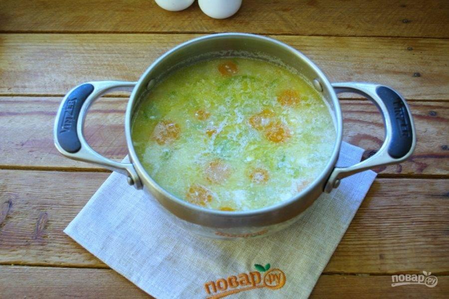 Когда все овощи в супе будет готовы, добавьте в суп натертый на крупной терке плавленый сырок. Дайте закипеть и перемешайте.