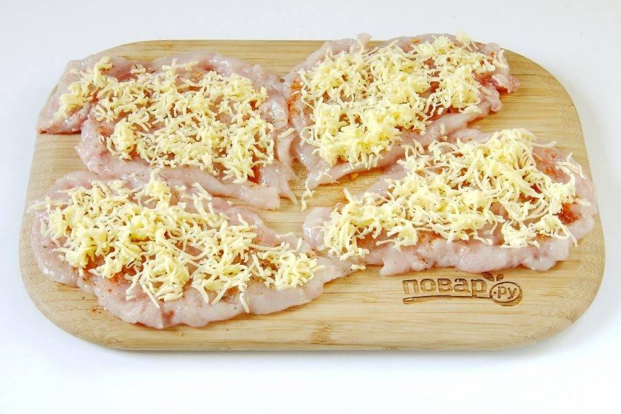 Посыпьте сверху тертым сыром (немного оставьте для верха рулетиков).