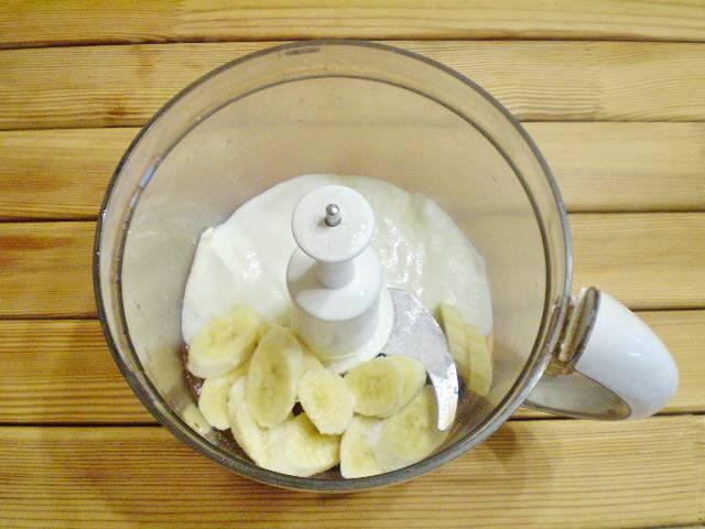 3. Складываем в измельчитель банан, йогурт, сахар.