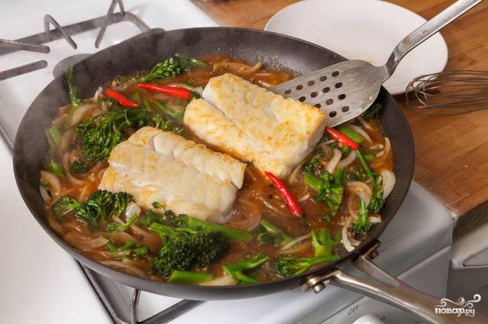 Как увидите, что соус с овощами начал загустевать, выложите рыбку обратно на сковороду. Готовьте еще минут 6-8, потом можете выключить огонь.