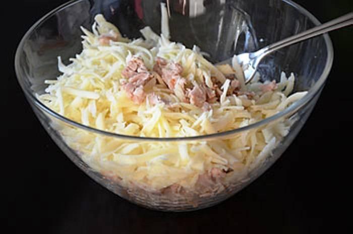 Затем порежьте мясо на кусочки, добавьте тертый сыр, соль, перец по вкусу, немного бульона, хорошо перемешайте.