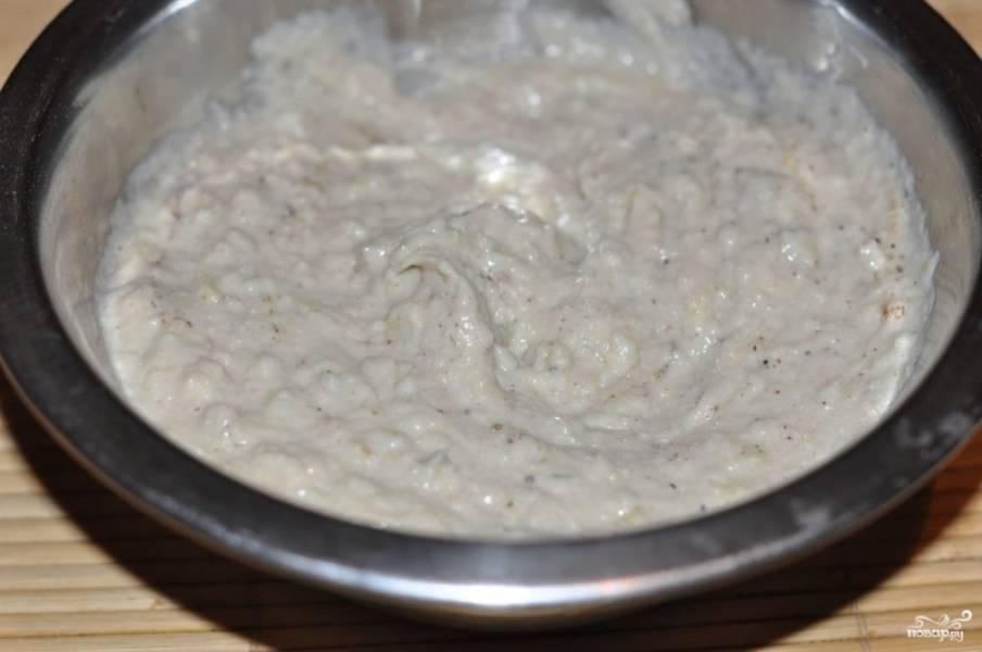 Сельдь нужно достать из молока, пропустите её через мясорубку несколько раз. Затем смешайте с сыром и сливочным маслом до однородной массы. Можно добавить соль и перец. Если любите зелень, сюда хорошо подойдёт измельчённый свежий укроп.