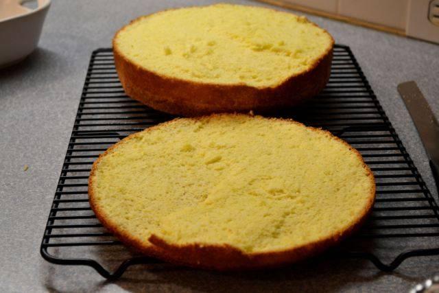 6. Теперь необходимо аккуратно отрезать дно - примерно 1/4 часть бисквита.