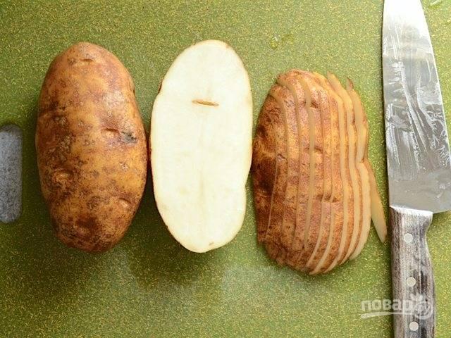 1.Хорошенько вымойте картофель, можно не очищать от кожуры. Острым ножом разрежьте каждый пополам, затем переверните срезом вниз и нарежьте тонкими ломтиками.