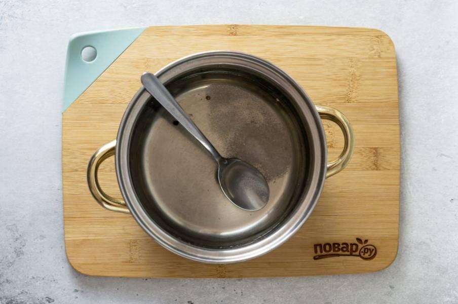 Слейте воду в кастрюлю, добавьте сахар, соль и уксус. Доведите до кипения и проварите 3 минуты.