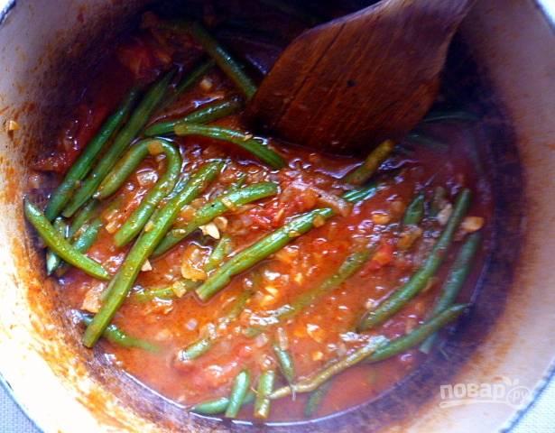 7. Фасоль тушите на среднем огне до мягкости. В соус добавьте соль, перец и приправы (при желании).
