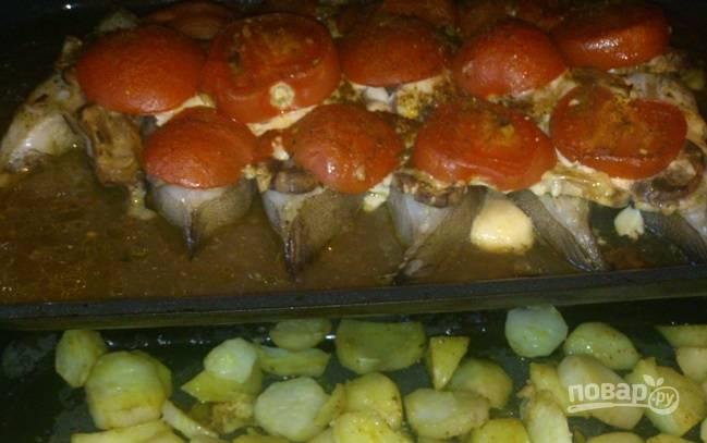 6. Отправьте противень в разогретую духовку и запекайте при температуре 200 градусов до готовности. Параллельно можно запечь картофель на гарнир. Приятного аппетита!