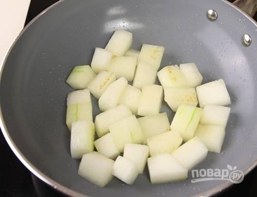 4. Выложите ее на сковороду с небольшим количеством масла и обжарьте до румяности. После аккуратно снимите и отложите пока в сторону.