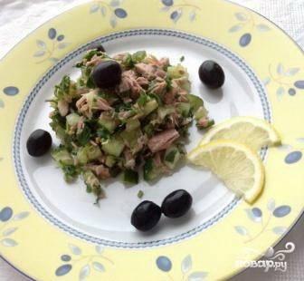 Удалить  В салатник с размятым тунцом выложить нарезанные огурцы и петрушку. Полить соком лимона, добавить оливковое масло и перец. Перемешать. Украсить оливками или лимоном. Приятного аппетита!