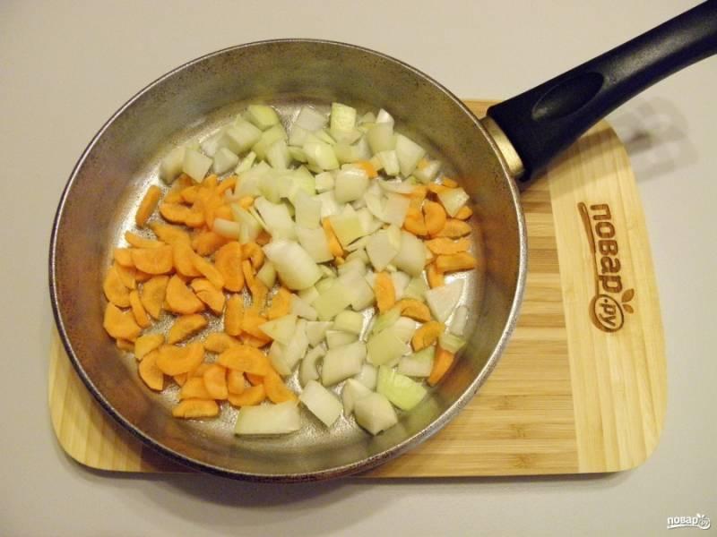 3. Лук и морковь порежьте, обжарьте на сильном огне до полуготовности.