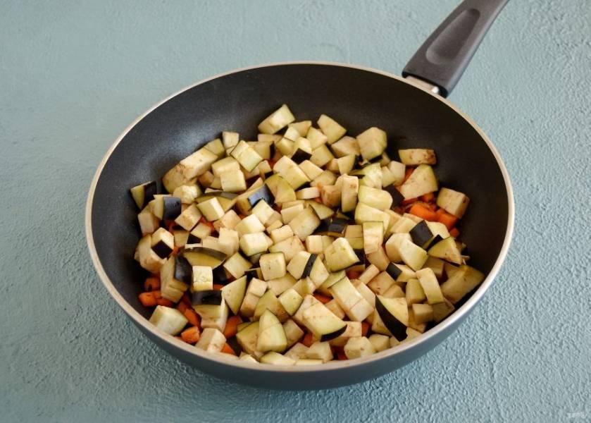 Через несколько минут добавьте баклажан, посолите, перемешайте и влейте еще ложку масла. Накройте сковороду крышкой и тушите 5-7 минут.