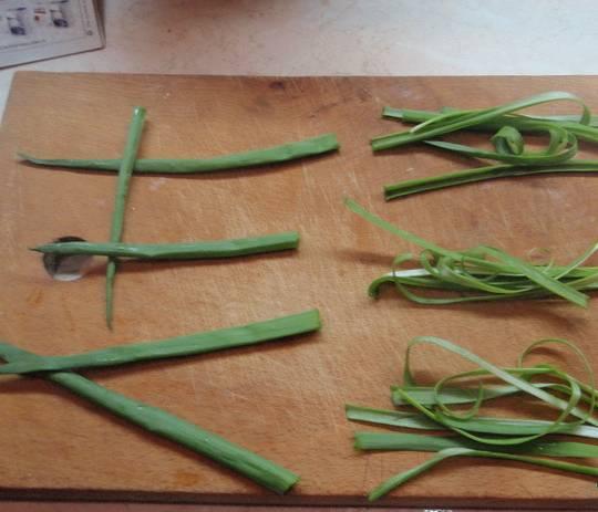 3. Раскаляем сковороду, выкладываем тесто, а поверх - несколько веточек лука или зелени. Под крышкой жарим с двух сторон, как обычные блины.