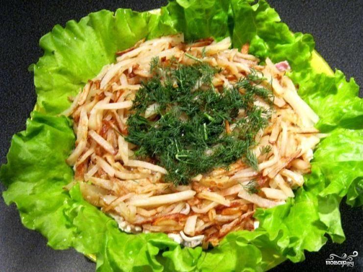 Сверху выкладываем жареный картофель, который поможет имитировать вид птичьего гнезда. Ну, а «птичьи яйца» кладем уже в это гнездо.