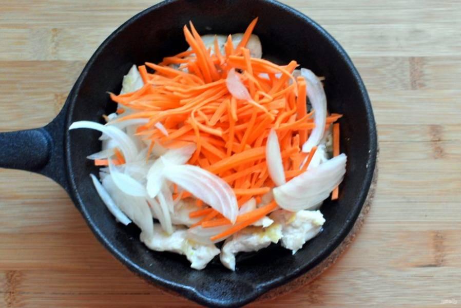Выложите сверху нашинкованные тонкой соломкой морковь и лук. Перемешайте, полейте соевым соусом и еще раз перемешайте. Прогрейте пару минут.