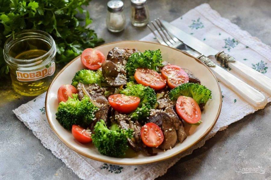 При подаче посыпьте кунжутом, заправьте маслом, солью и перцем. Приятного аппетита!