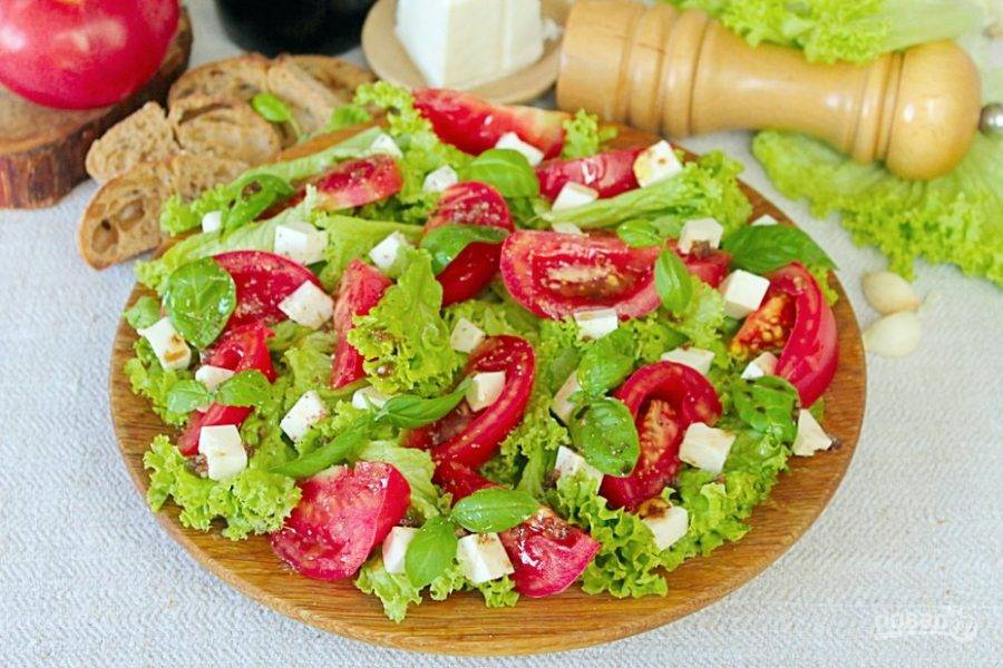 Зеленый салат с брынзой и помидорами готов, посыпаем его перцем и подаем к столу. Кушайте на здоровье.
