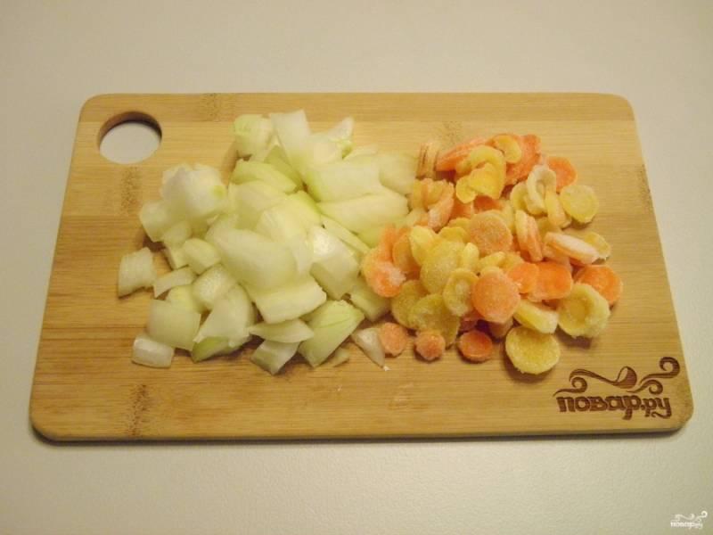 Лук и морковь порежьте произвольно.
