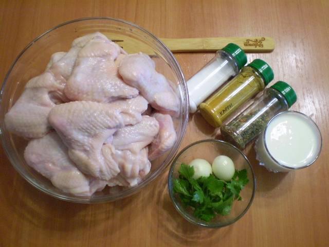 Такого количества маринада должно хватить на 3-4 килограмма куриного мяса. Количество лука опционально. Если любите жареный лук, добавьте штук 10-15 небольших луковичек. Если жарить лук не хотите, то добавьте 2-3 штуки для вкуса, чтобы он отдал сок в маринад.