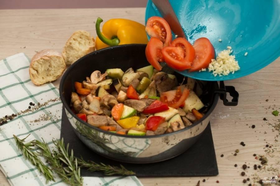 Потом добавьте помидор, чеснок, базилик просто руками порвите и тоже добавьте. Перемешайте. Добавьте половину розмарина.