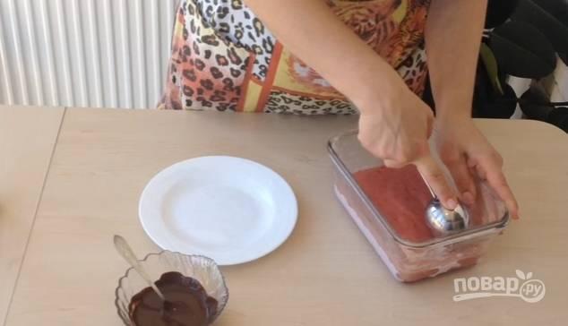 3.Перекладываете массу в миску (контейнер) и отправляете на 10 минут в морозильную камеру.