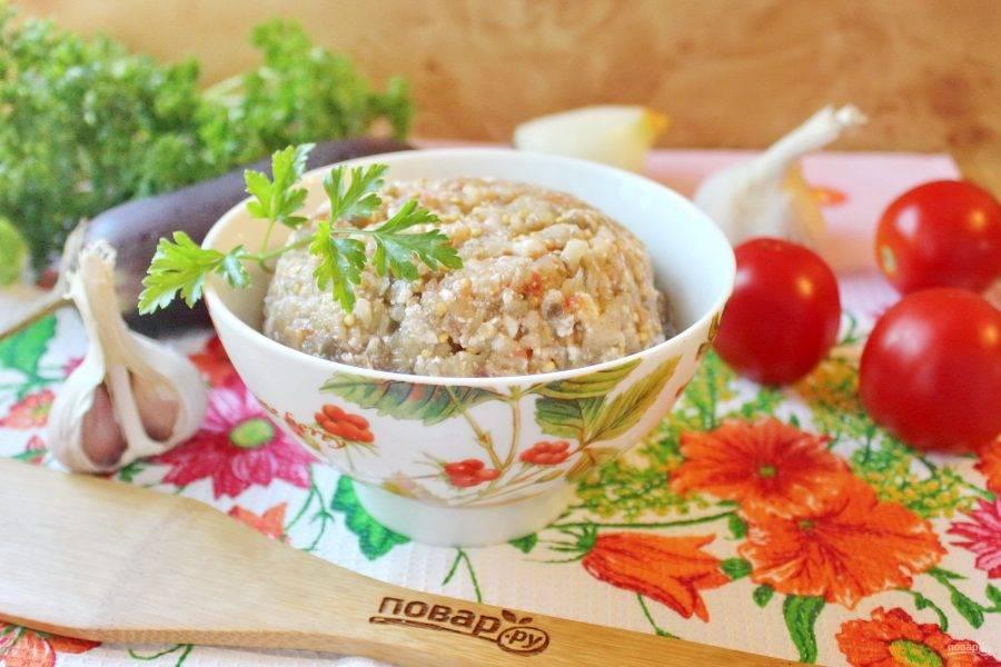 Баклажанная икра по-еврейски готова. Подавайте к столу на закуску со свежим хлебом, гренками, тостами.