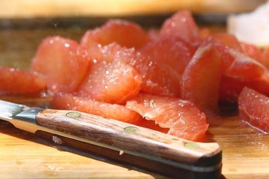 3. Остальную мякоть аккуратно отделите от белых пленочек, чтобы салат из авокадо и грейпфрута в домашних условиях не горчил.