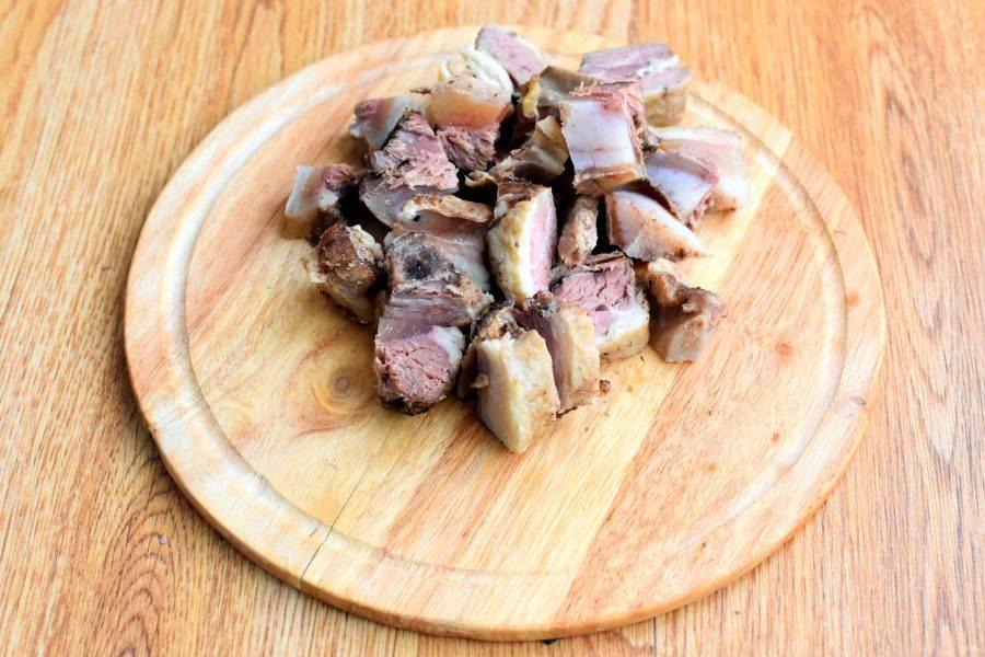 Говядину сварите, как обычно, добавив лук и коренья. Готовое мясо нарежьте средними кубиками. Бульон процедите.