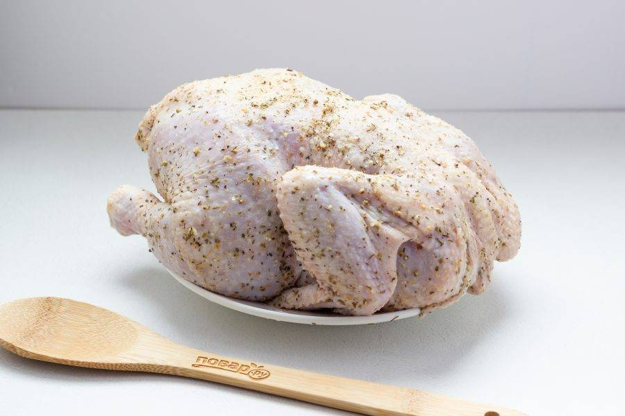 Перемешайте специи, сухой чеснок и соль. Тщательно натрите курочку внутри и снаружи. Если есть время, то дайте ей подружиться со специями 30-60 минут. Если нет, то продолжаем.