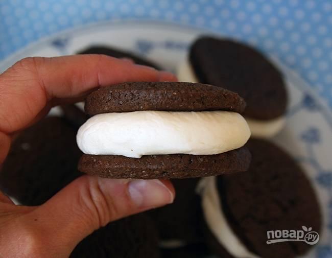 5.Возьмите одно печенье, выложите на него немного начинки в центр, затем прижмите начинку вторым печеньем, так начинка равномерно распределиться.