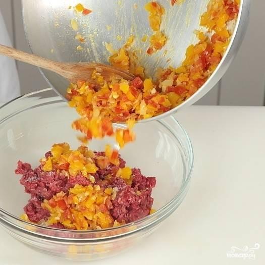 6. Обжаренные овощи смешайте с мясным фаршем.