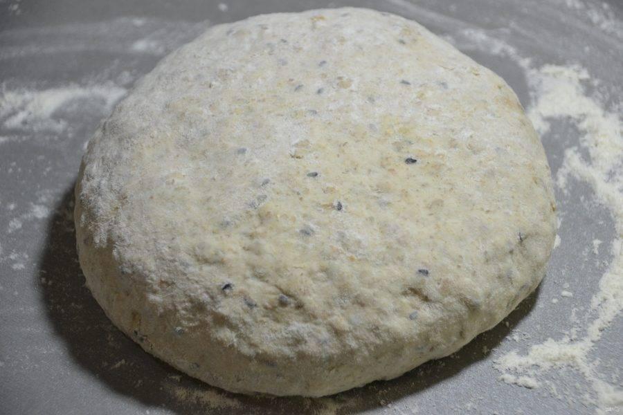 Достаем тесто, подкатываем в шар на столе, припыленном мукой и даем ему согреться 40-60 минут.