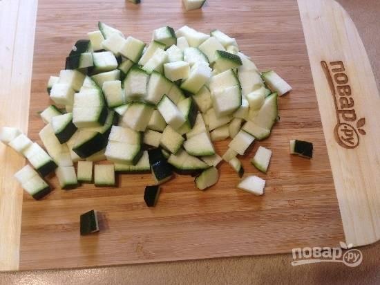 4. Цукини нарезаем мелкими кубиками.