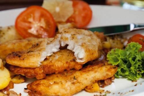 Выкладываем рыбку на тарелку, украшаем зеленью, овощами, и вкусный ужин для всей семьи готов! Попробуйте классический рецепт филе минтая на сковороде и убедитесь в его легкости и универсальности!