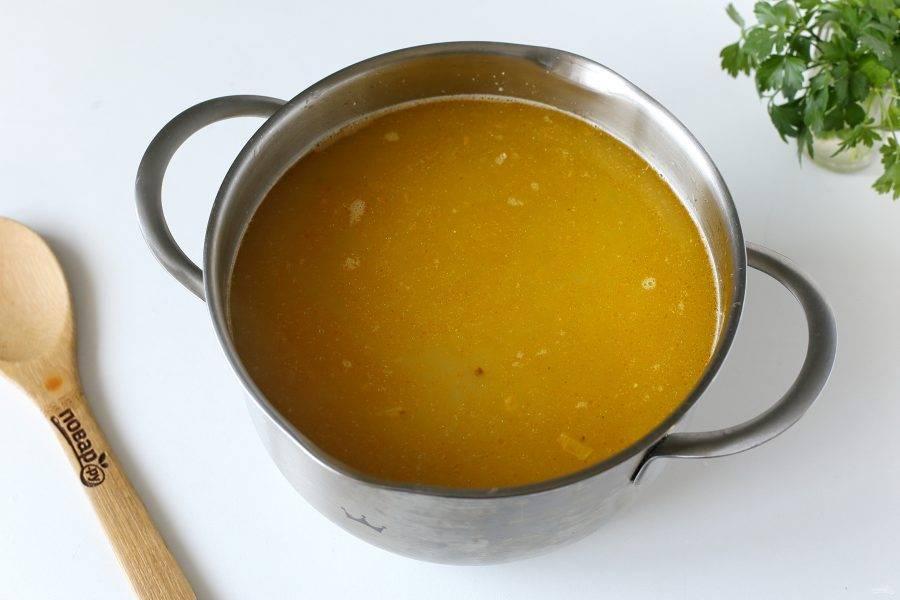 Добавьте овощи и хлопья. Отрегулируйте на соль и варите суп до полной готовности всех ингредиентов.