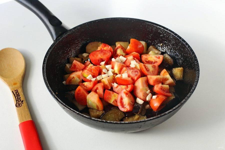 Добавьте нарезанные помидоры (нарезка может быть любая) и измельченный чеснок.
