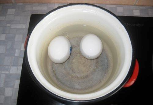 Яйца отварить.