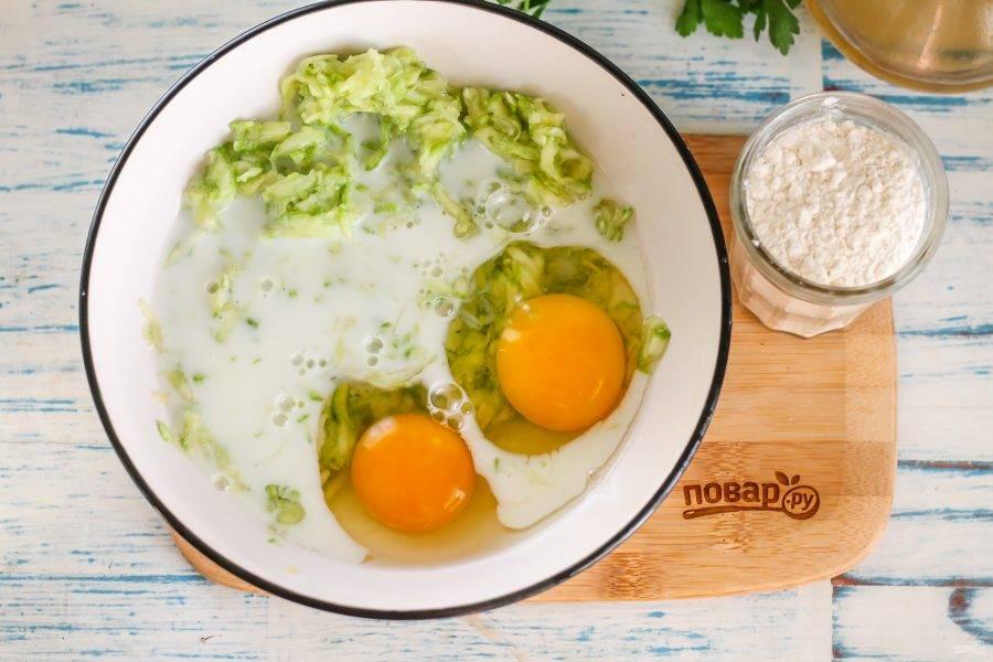 Влейте в емкость молоко любой жирности, вбейте куриные яйца и всыпьте еще щепотку соли. Тщательно взбейте все содержимое емкости.