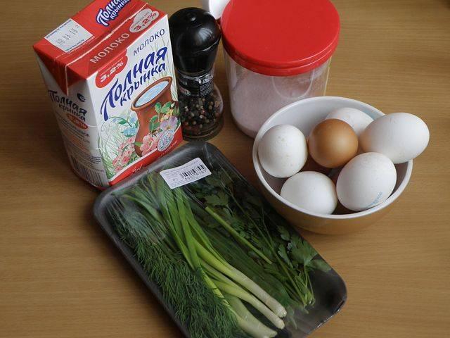 1. Традиционный омлет готовится с добавлением молока, но мы заменим его на сметану. Также можно взять сливки.