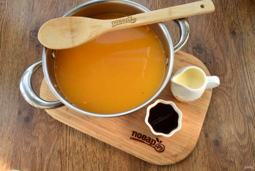Суп пюрируйте с помощью погружного блендера. Затем влейте соевый соус и сливки. Посолите и поперчите по вкусу, прогрейте пару минут.