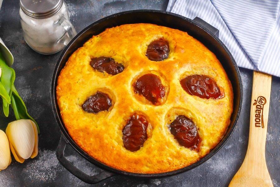 Готовый пирог проверьте деревянной шпажкой. Извлеките форму из духовки и дайте десерту остыть примерно 1 час.