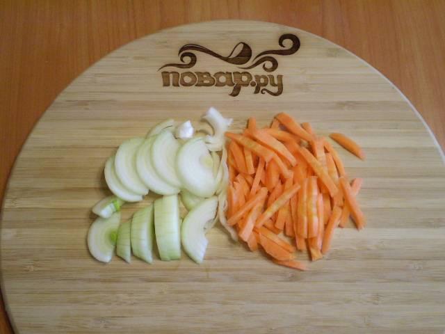 2. Лук и морковь нарезаем тонко для жарки.