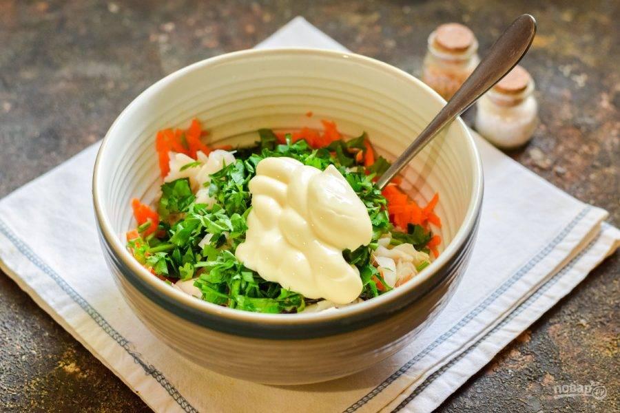 Добавьте в салат майонез, соль и перец по вкусу.
