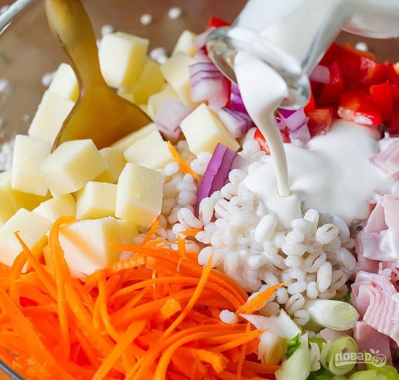 2.Для соуса: в стакане смешиваю майонез, воду, сок половинки лайма и соль. Заправляю полученным соусом салат.