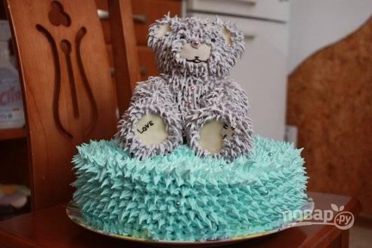 7. Нарисуйте кремом и кулинарными красками мордочку мишки. Основу торта тоже украсьте кремом. Добавьте другие кондитерские украшения по своему усмотрению. Вот такая красота!
