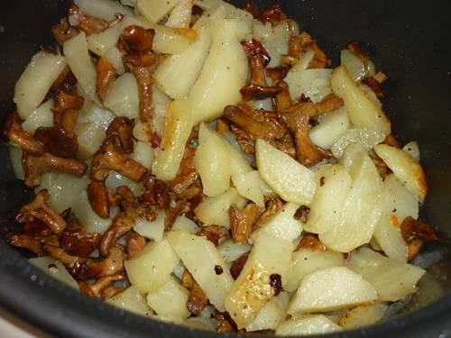 """После сигнала выкладываем к лисичкам картофель, порезанный кубиками. Добавляем соль и перец по вкусу. Перемешиваем и выставляем режим """"Выпечка"""" на 40 минут."""
