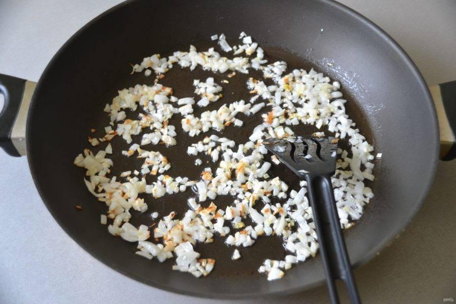 Обжарьте лук до золотистого цвета на растительном масле.