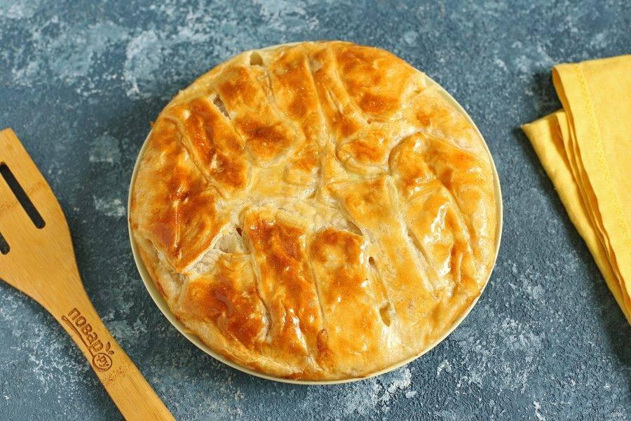 Пирог с кальмарами готов. Дайте ему немного остыть и сразу подавайте к столу.
