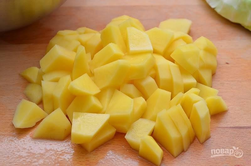 3.Очистите картофель и нарежьте его небольшими кубиками.